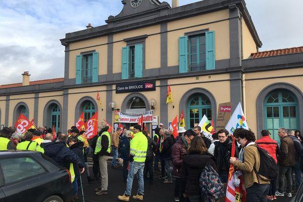 Retraités, anciens cheminots, enseignants, étudiants, lycéens et gilets jaunes, ils étaient une centaine à être présents vendredi 10 janvier, devant la gare de Brioude en Haute-Loire.