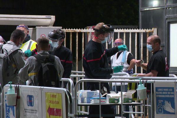 Mesures sanitaires à l'entrée de l'usine de Renault Sandouville
