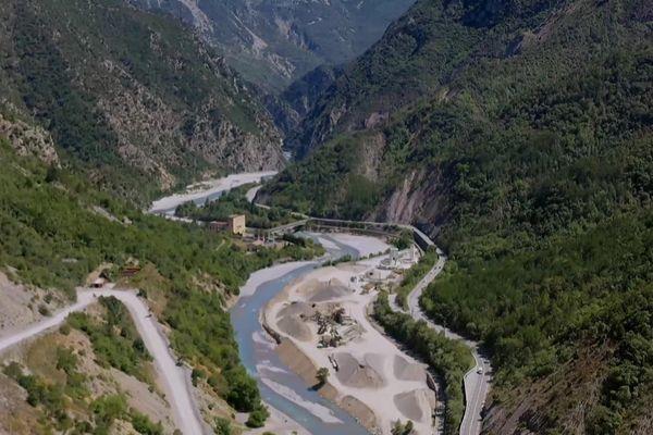 Le Var est un fleuve dont les crues font régulièrement d'importants dégâts dans les Alpes-Maritimes.
