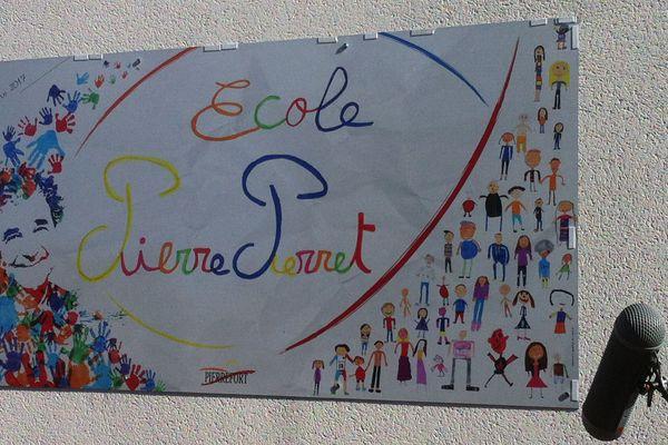 Plaque à l'école de Pierrefort dans le Cantal.