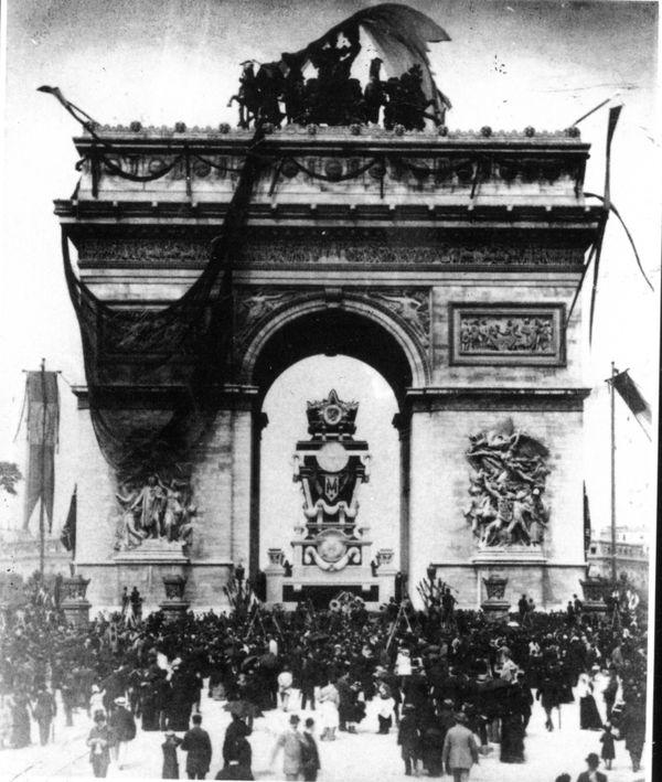 Le catafalque de Victor Hugo à l'Arc de triomphe, place de l'Étoile le 30 mai 1885 Décor et catafalque conçus bénévolement par Charles Garnier. Photographie anonyme, Ville de Paris, d'après Avner Ben-Amos
