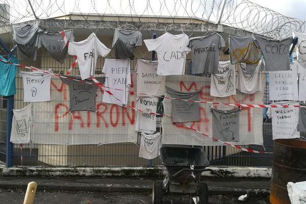 Des t-shirts portant le nom d'employés de salariés de la papeterie Arjowiggins sur le site de Jouy-sur-Morin en Seine-et-Marne.