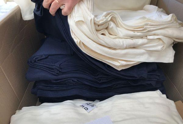 Des t-shirts en lin bio fabriqués par des partenaires, pour les 8000 précommandes passées sur une plate-forme participative
