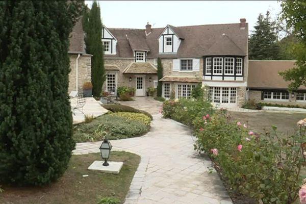 Cette maison, située dans les Yvelines, appartenait à Charles Aznavour.