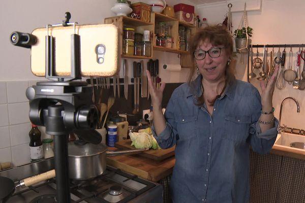 Sandrine, la cuisinière, à l'aise devant son iphone lors de l'enregistrement d'une recette pour sa chaîne Popote et Potager.