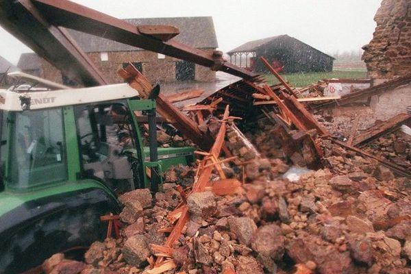 """De nombreuses exploitations agricoles avaient subi de gros dégâts le 26 décembre 1999 suite au passage de """"la tempête du siècle"""", à l'image de celle-ci à Roz-sur-Couesnon (35)"""