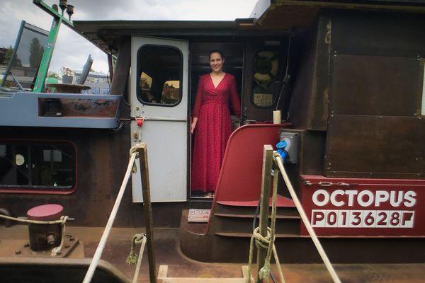 Thyphaine, le sourire pour accueillir les visiteurs à bord.