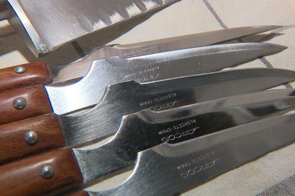 Les lames d'un chef cuisinier, finement affûtées, prêtes à être livrées