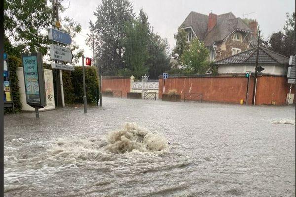 De fortes pluies ont inondé des rues de Lonjumeau en Essonne hier mardi 11 août.