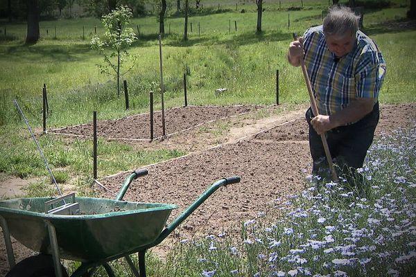 Même dans son jardin de Haute-Loire, Gérard, fidèle auditeur de la radio libre Radio Craponne, ne se sépare pas de son poste.