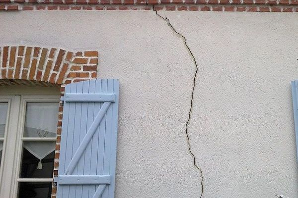 Les sols argileux favorisent l'apparition de fissures sur les maisons en temps de sécheresse. Illustration