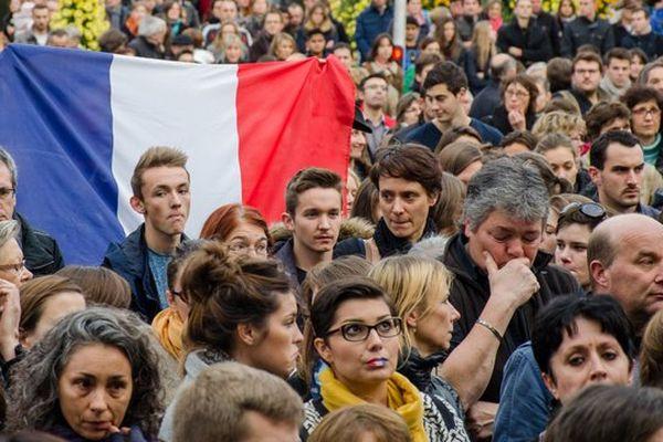 À Laval, hommage aux victimes des attentats survenus à Paris le 13 novembre 2015