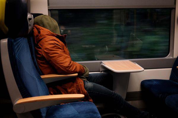 Un passager d'un TER Bourgogne Franche-Comté, le 4 novembre 2020