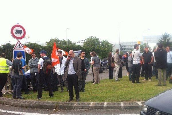 Une cinquantaine de salariés se sont rassemblés devant l'entrée d'Airbus à Blagnac