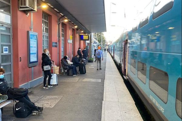 Circulation à l'arrêt ce lundi matin en gare d'Antibes.