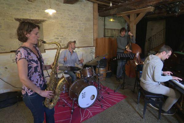 """Sophie Alour en répétition à la Ferme Culturelle du Bessin à Esquay sur seulles, invitée pour trois concerts par """"Jazz dans les prés""""."""