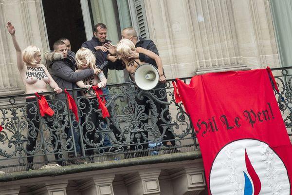 Les trois Femen ont été violemment délogées du balcon de leur chambre d'hôtel par le service d'ordre du Front National