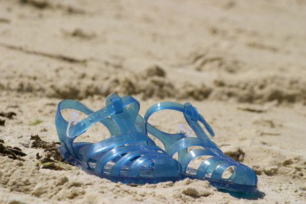 """La sandale en plastique, objet né après la seconde guerre mondiale chez un coutelier de Thiers (Puy-de-Dôme), a vécu une extraordinaire épopée retracée dans le documentaire """"L'odyssée de la sandale en plastique"""""""