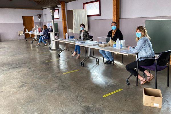 Le bureau de vote se situe sous un préau.