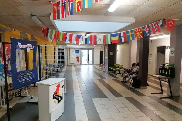 Les couloirs du Lycée des Métiers Marcel Pagnol aux couleurs de l'UE.