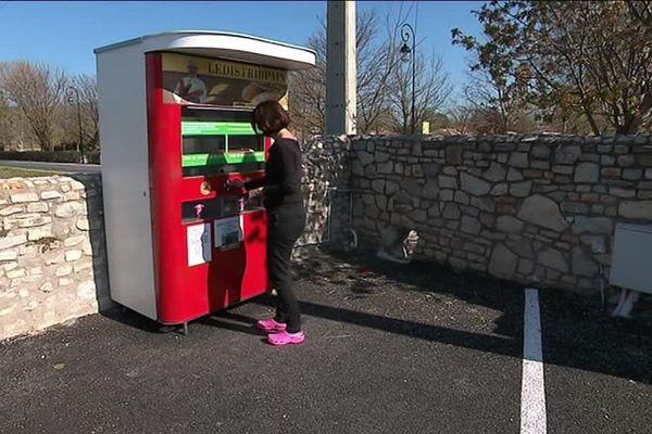Ce distributeur est installé sur le parking du village, juste à côté de la mairie.