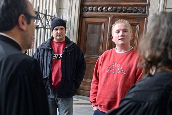 Les frères Toinon, entourés de leurs avocats à la cour d'assises du Rhône où ils sont rejugés pour le meurtre de leur mère adoptive.