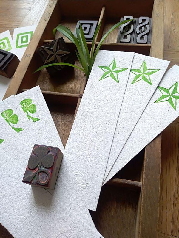 Les marque-page en papier recyclé et impression à partir de vignettes anciennes, en bois où en métal, sont disponibles à la boutique du moulin