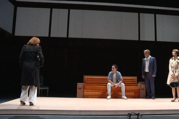 Sur scène, lors des répétitions, Muriel Mayette-Holtz, directrice du TNN et Charles Berling, pour jouer jusqu'au 3 octobre une pièce de Jean Cocteau «Les parents terribles » au TNN.