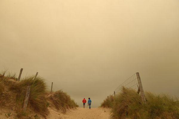 En 2017, le ciel de Quiberon vire au jaune à la suite d'une tempête de sable au Sahara et d'incendies au Portugal