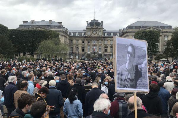 Plus d'un millier de personnes se sont rassemblées place de la République à Lille pour rendre hommage à Samuel Paty, assassiné par un terroriste vendredi à Conflans-Sainte-Honorine.