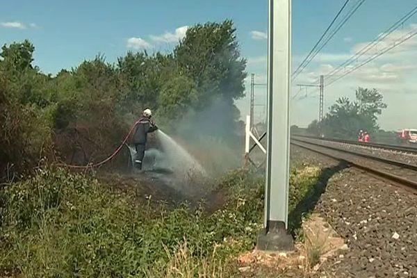 Mus (Gard) - le feu a pris entre la voie ferrée et la route, la circulation des trains a été coupée durant 2 heures - 15 juillet 2019.