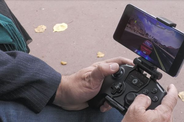 """La technologie 5G fournira des débits 3 à 4 fois supérieurs à ceux de la 4G dans un premier temps, puis 10 fois plus rapides d'ici quelques années. Elle permettra notamment l'essor de la télémédecine ou du  """"gaming mobile"""" pour les passionnés de jeux vidéo."""