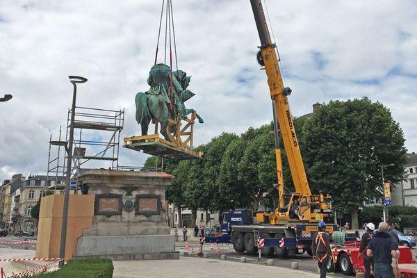 Jeudi 2 juillet 2020 : la statue équestre de Napoléon quitte son piédestal devant l'hôtel de ville de Rouen