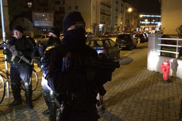 Les forces de l'ordre au coeur du quartier du Neudorf, rue du Lazaret, où a été abattu Chérif Chekatt, peu après 21h.