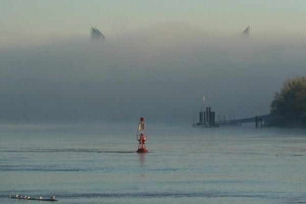 Photo prise depuis les bords de Garonne au niveau de la Place de la Bourse à Bordeaux, au loin dans le brouillard les piles du nouveau Pont Chaban-Delmas (8H30 le 12/11/2012)