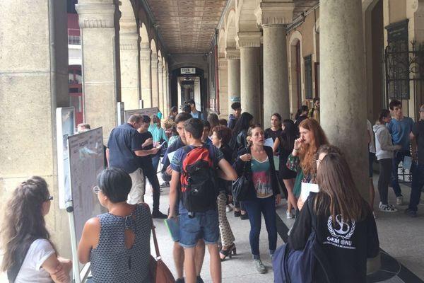 Les lycéens découvrent les résultats du bac au lycée Champollion à Grenoble.