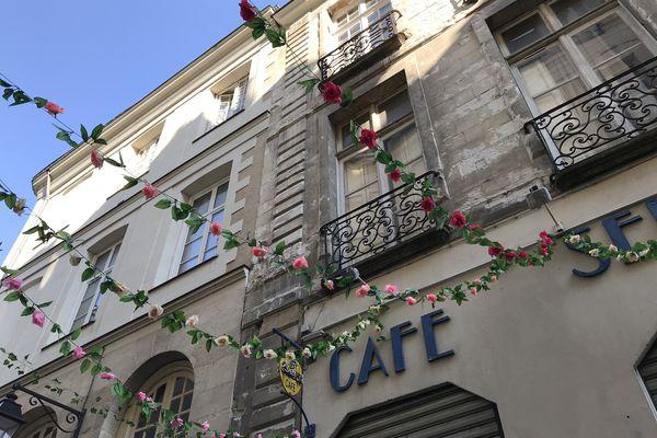 Les commerçants de la rue du Château ont sorti les guirlandes pour le printemps.