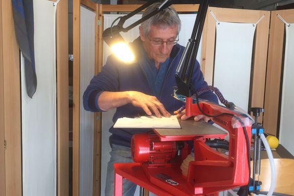 Démonstration de découpe de puzzle en bois à Crest dans la Drôme