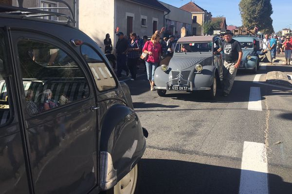 Pour participer au Grand Embouteillage à Lapalisse, il faut venir avec une voiture d'époque, et en tenue !