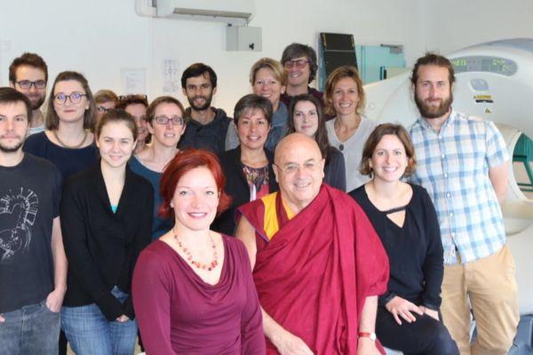 Le moine boudhiste M.Riccard suit attentivement cette étude