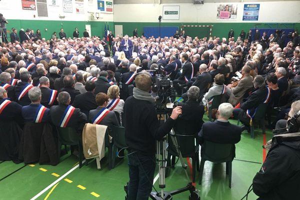 15 janvier 2019 :  plusieurs centaines de maires normands rassemblés autour d'Emmanuel Macron dans le gymnase de Grand-Bourgtheroulde (Eure)  pour le premier  Grand débat national
