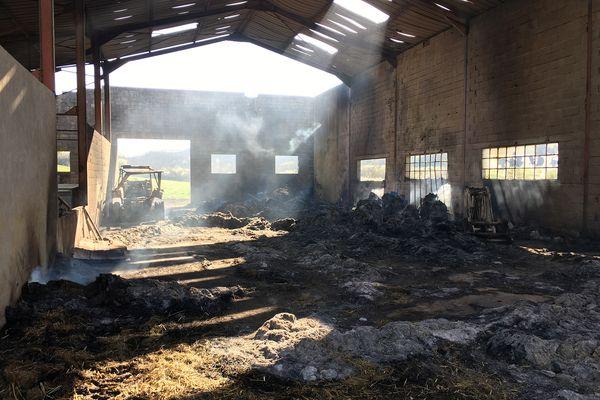Vendredi soir un hangar agricole à Charmoille a été incendié. Deux suspects, pompiers volontaires, ont été arrêtés par les gendarmes.