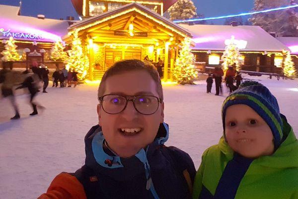 Pierre et Grégoire, à la sortie de la maison du Père Noël en Laponie.