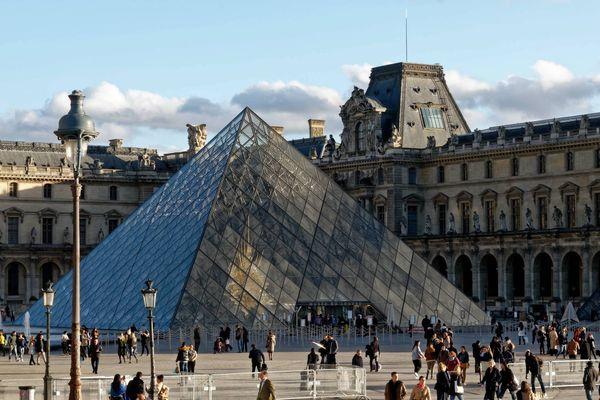 Le musée du Louvre, et sa célèbre pyramide (illustration).