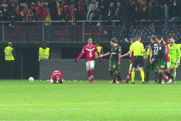 Jets de projectiles sur la pelouse, altercations entre joueurs... l'ambiance de ce derby entre Valenciennes et Lens était délétère.