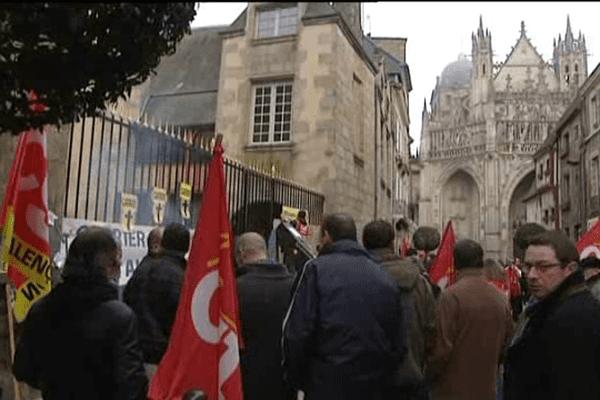 Les salariés de Carrrier, ce mardi matin, devant le tribuanl de commerce d'Alençon.