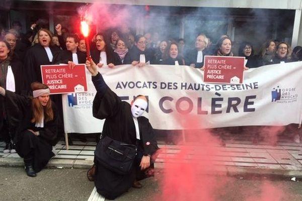Plusieurs dizaines d'avocats ont bloqué l'entrée du Palais de justice de Nanterre (Hauts-de-Seine).