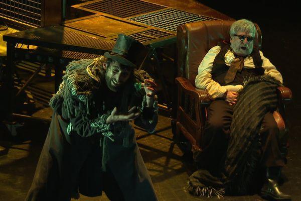 Guillaume Geoffroy incarne un Dr Jekyll/Mr Hyde puissant, déjanté et dérangeant dans la nouvelle création du collectif La Machine. Aux côtés notamment du comédien Claude Boué.
