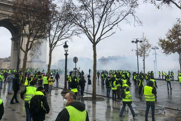 """Des heurts ont éclaté entre des """"Gilets jaunes"""" et les forces de l'ordre, sur les Champs-Elysées."""