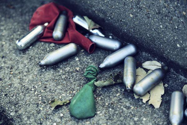 En Alsace, plusieurs maires ont pris des arrêtés municipaux pour interdire l'achat et la consommation de protoxyde d'azote. Les capsules argentées se retrouvent dans les rues.